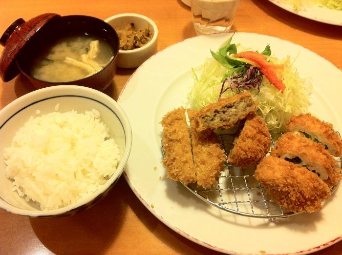 El menú completo: fritura, arroz, col, sopa de miso y encurtidos japoneses