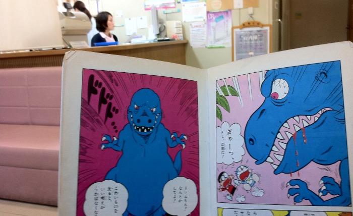 En la consulta del médico, en Kobe, intentando leer Doraemon