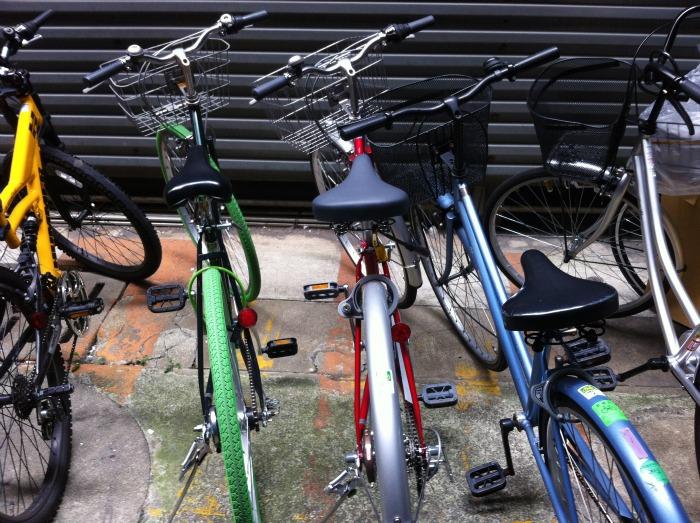 Mi bici (la roja) en mi plaza de aparcamiento con su pegatina correspondiente.
