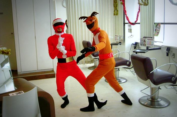 Curiosa interpretación de Santa Claus y el reno...