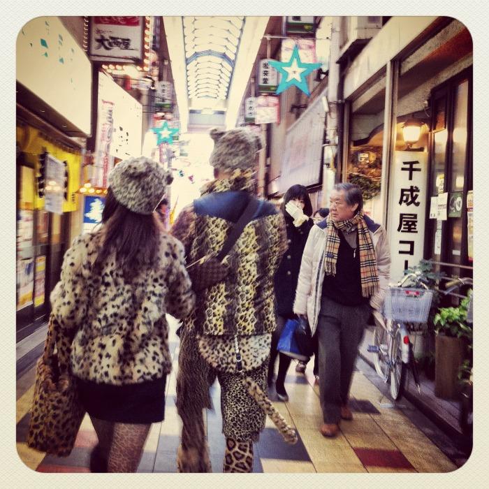 Una pareja muy curiosa paseando por Shinsekai