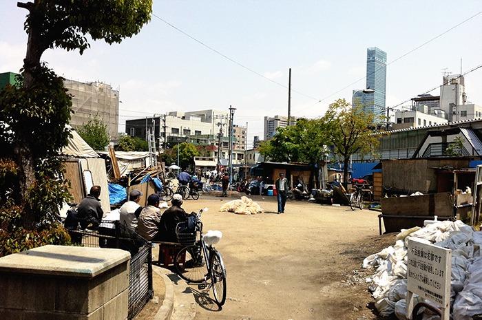 Solar en Nishinari convertido en una verdadera comuna. Se pueden ver barbacoas e incluso comercios.
