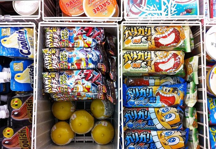 A la izquierda el Garigari-kun de chocolate y a la derecha los de pera y soda.