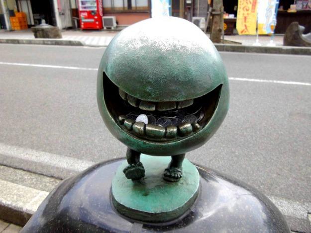 Escultura de Betobeto-san en Tottori, en la calle de los youkai