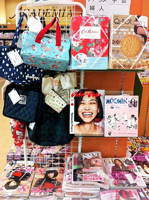 Algunos de los bolsos, expuestos en la parte derecha de la imagen